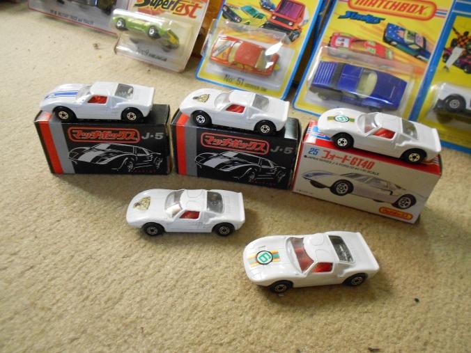 Einige Versionen des Matchbox Superfast Ford GT_40 LS 41-A weiss aus Japan, mit großen Radkasten und den Dot-Dash-Wheels.