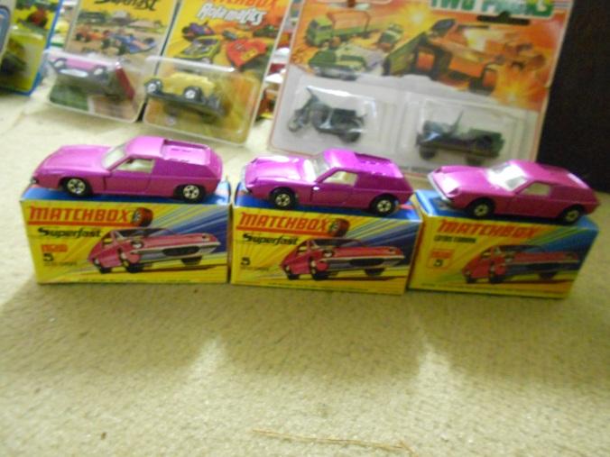 Das Matchbox-Spielzeugauto der Superfast-Serie Lotus Europa LS 5-A in pink-metallic gibt es mit breiten und dünnen 5-Spoke-Wheels.