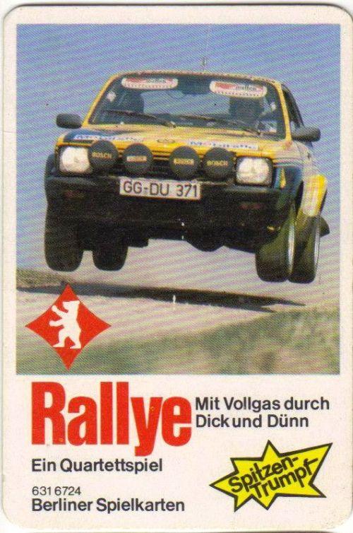 Auf dem Rallye-Autoquartett der Berliner Spielkarten fliegt ein Kadett Rallye über einen Sprunghügel