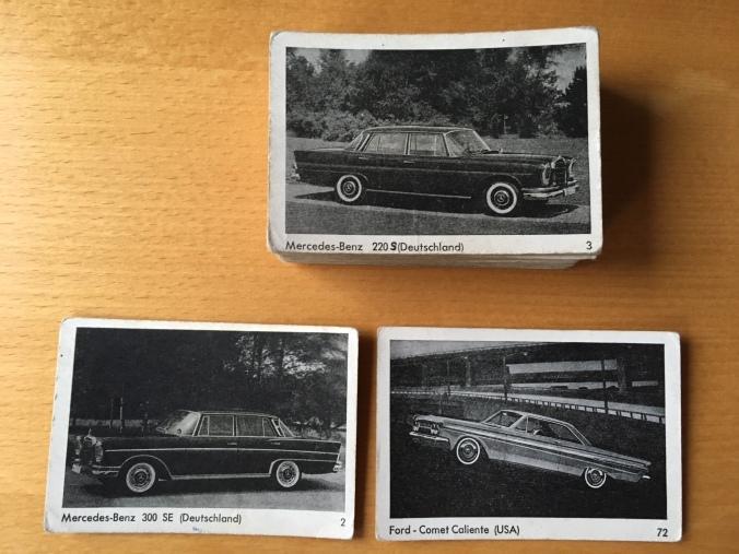 Schwarz-Weiße Auto-Sammelkarten wie bei einem Autoquartett in einer Serie von 70 Karten, z.B. Ford Comet Caliente und Mercedes 220 S Heckflosse.