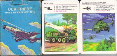 Der Friede muss bewaffnet sein von Pössneck/Alternburger Spielkartenfabrik ist ein Propaganda-Lehrquartett rund um die Volksarmee im Kalten Krieg.