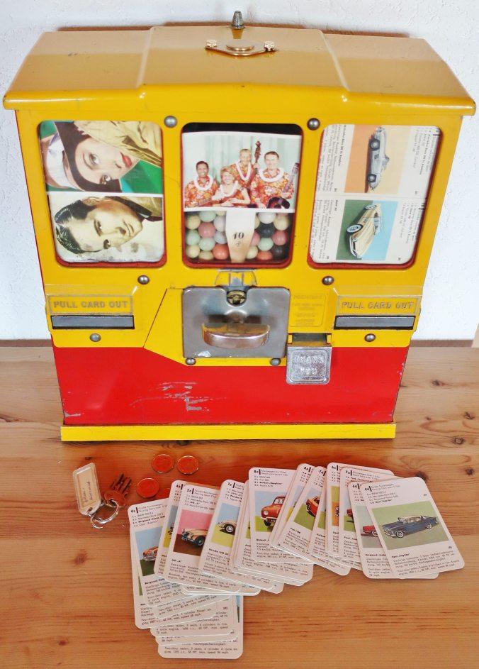 """Der Automat vpn OAK Manufacturing """"Premiere"""" wurde von Brabo In Antwerpen gefertigt und enthält das ASS-Autoquartett 616 mit Borgward Isabella als Automatenspiel."""
