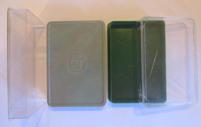zwei Quartett-Plastikschachteln mit transparentem Deckel