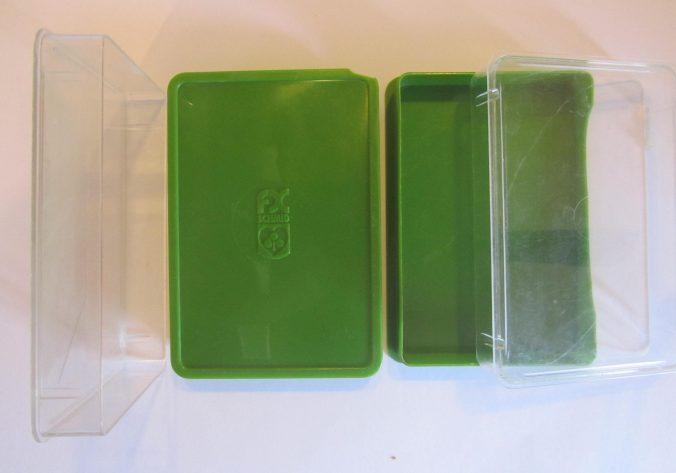 zwei grüne Plastikkästen für Quartettspiele