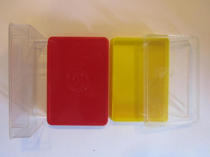 rote und gelbe Spritguss-Kunststoffschachtel für Quartette