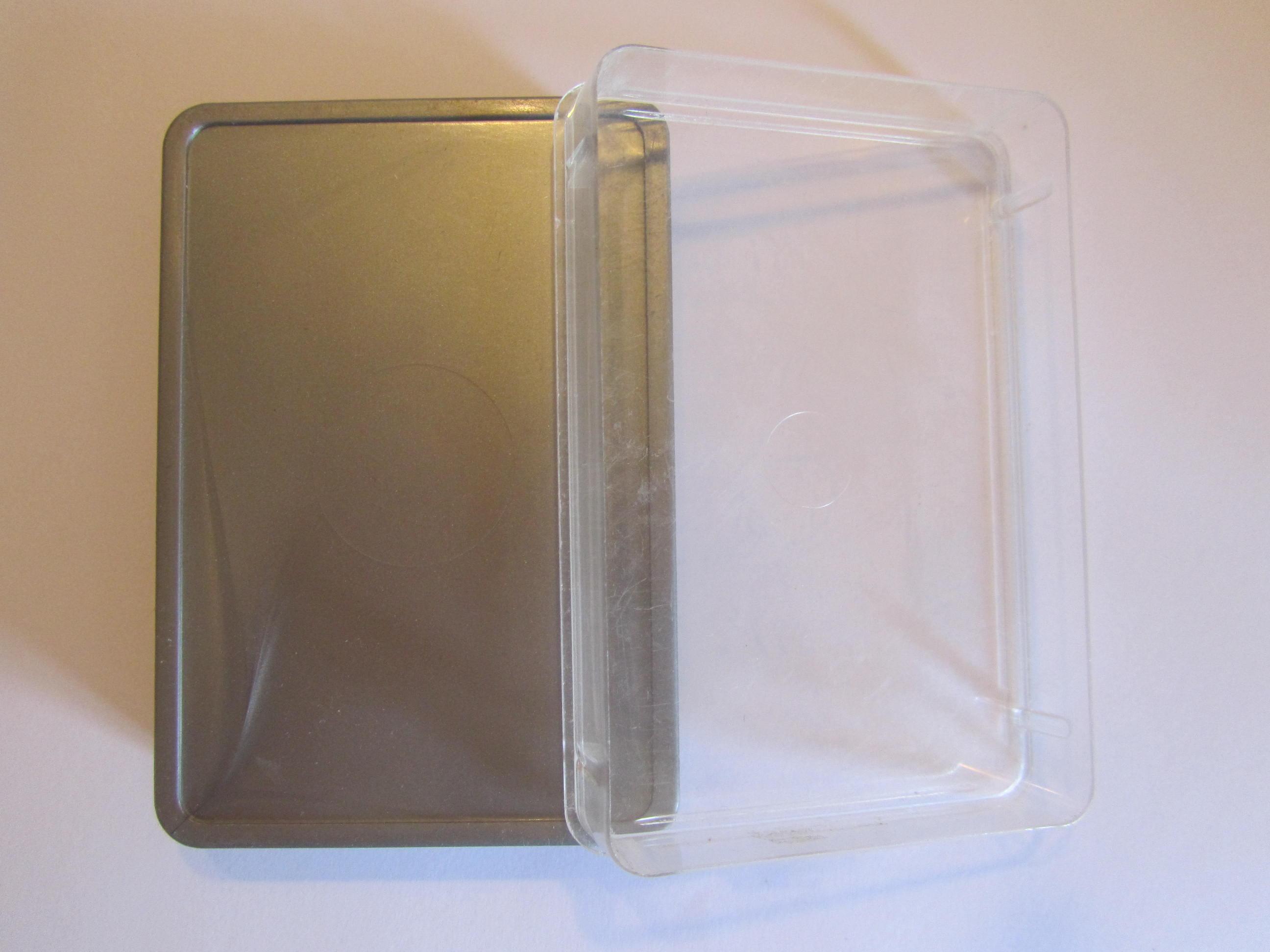 Silberne Plastikschachtel für Quartettspiele